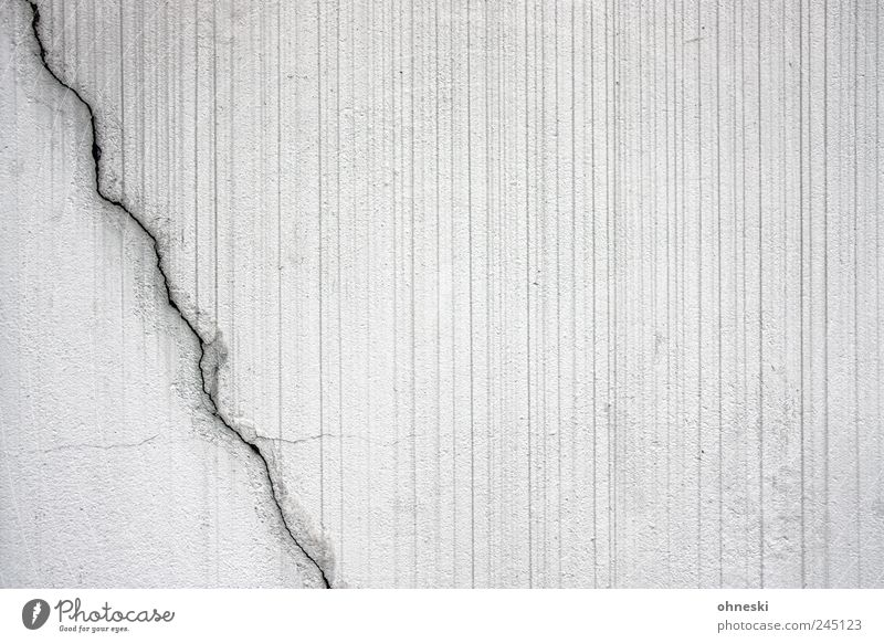 Riss weiß Wand Mauer Gebäude Linie Fassade Streifen Blitze Bauwerk diagonal gestreift