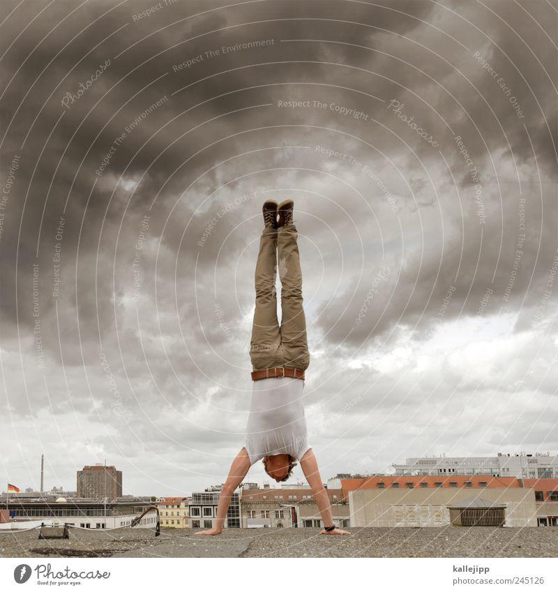 aufstand Mensch Himmel Mann Stadt Wolken Erwachsene Sport Schuhe maskulin stehen Dach T-Shirt Fitness Hose Unwetter Sport-Training
