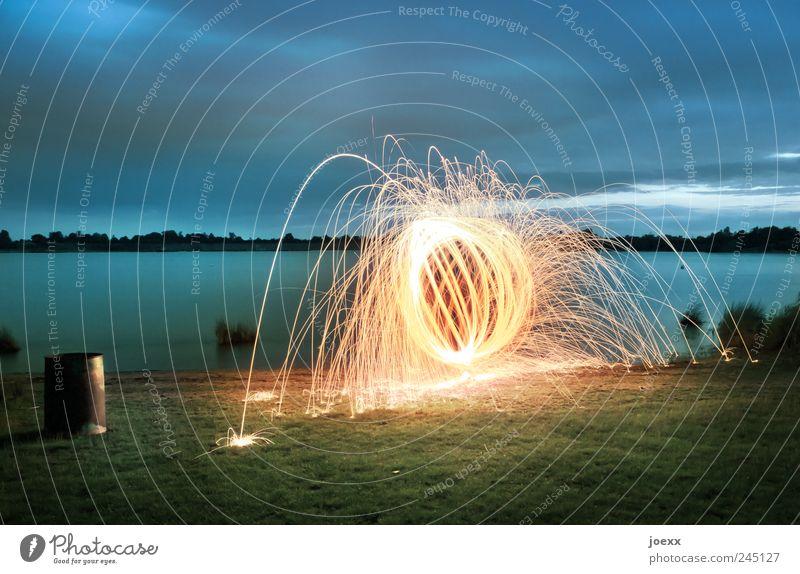 700° Wasser Himmel Wolken Wiese Seeufer hell rund verrückt blau gelb grün Farbe Feuerball Feuerwerk Funkenflug Ball Kreis Lichtspiel Farbfoto mehrfarbig