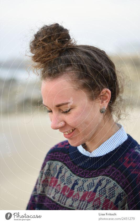 jung, hübsch, Dutt, Nasenpiercing, lächeln Ferien & Urlaub & Reisen Junge Frau Jugendliche 1 Mensch 18-30 Jahre Erwachsene Piercing brünett genießen lachen