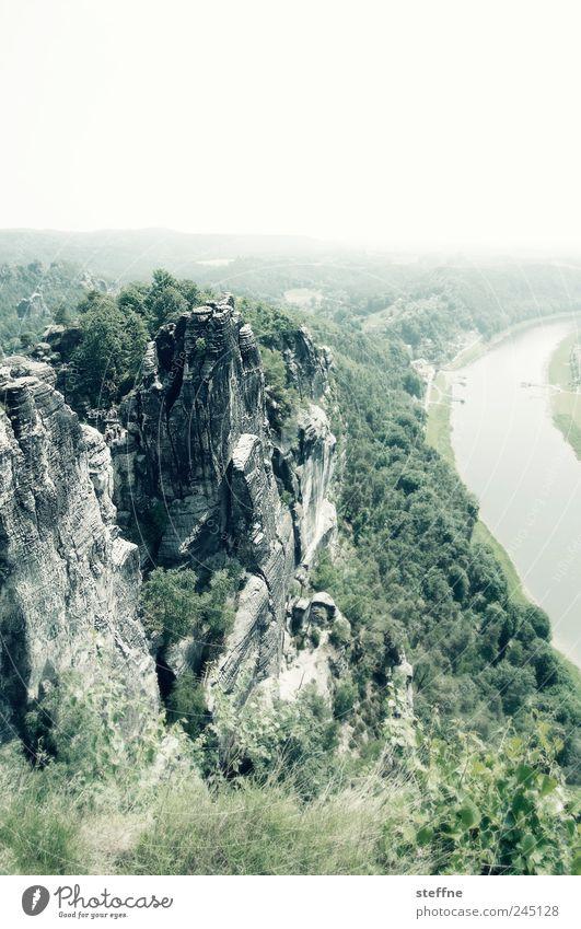 Elbe, kein Sand, Stein, Gebirge, Bäume werden im Titel ignoriert Natur Baum grün Berge u. Gebirge Gras Landschaft Felsen Fluss Sträucher Schönes Wetter Dunst