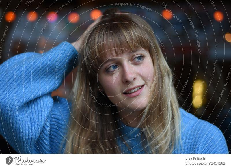 junge Frau, an den Kopf fassend, hübsch, wegsehen schön Nachtleben Party feminin Junge Frau Jugendliche 1 Mensch 18-30 Jahre Erwachsene blond langhaarig Pony