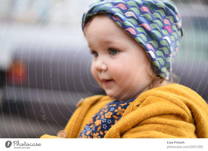 Kleinkind, Mädchen, Stirnband Kindererziehung Kindergarten 1 Mensch 1-3 Jahre beobachten entdecken Blick niedlich positiv gelb achtsam Wachsamkeit Neugier