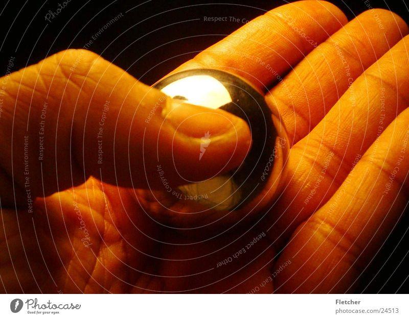 Kugel in Hand Hand Finger rund Kugel silber Fototechnik beruhigend Silberkugel