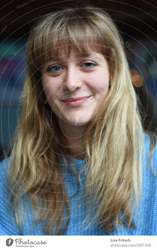 junge Frau, langes blondes Haar, blaue Augen Lifestyle schön Junge Frau Jugendliche 1 Mensch 18-30 Jahre Erwachsene langhaarig Pony Lächeln ästhetisch