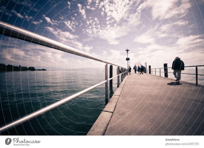 Sommertag am See Mensch Natur Landschaft Wasser Himmel Wolken Sonnenlicht Schönes Wetter Wellen Küste Seeufer Schifffahrt Ausflugsschiff Anlegestelle Steg