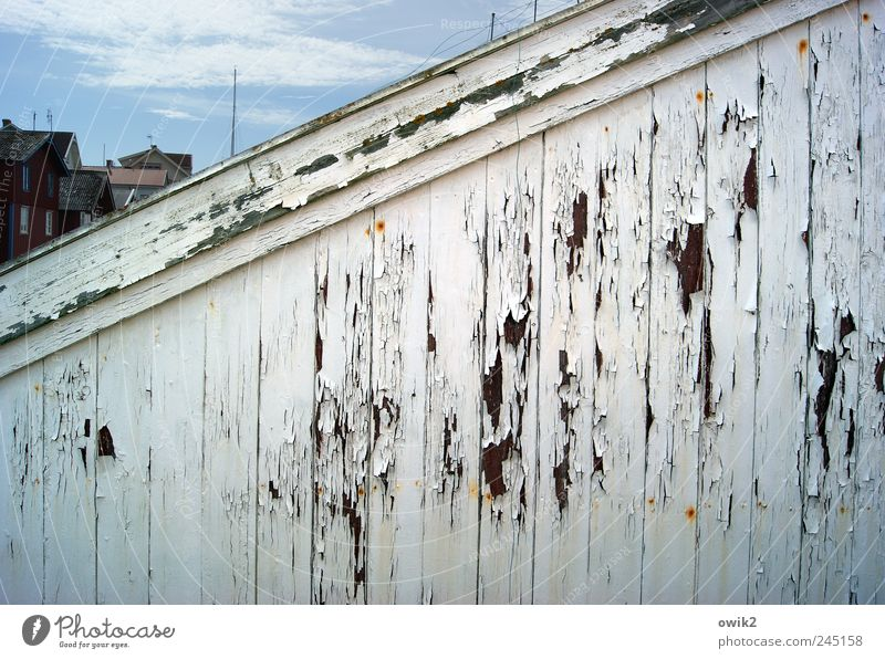 Wetterspuren Himmel Wolken Klima Bohuslän Nordeuropa Dorf Fischerdorf bevölkert Haus Hütte Gebäude Mauer Wand Fassade Holz alt hell trashig blau schwarz weiß