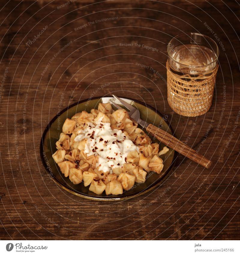 türkische tortellini Ernährung Lebensmittel Glas Getränk Trinkwasser Geschirr lecker Appetit & Hunger Teller Mittagessen Backwaren Teigwaren Gabel Holztisch Erfrischungsgetränk Joghurt