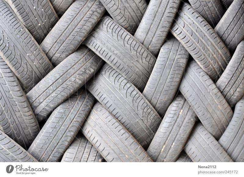 Gummigeflechte grau dreckig Müll Rad Werkstatt Autofahren Reifenprofil Stapel Garage Recycling Straßenverkehr Haufen Bewegung binden