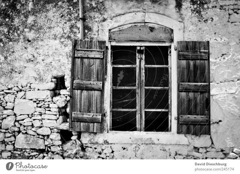 *600* / window Haus Ruine Mauer Wand Fassade Fenster Stein Holz schwarz weiß rustikal offen Fensterladen Fensterrahmen Schwarzweißfoto Außenaufnahme