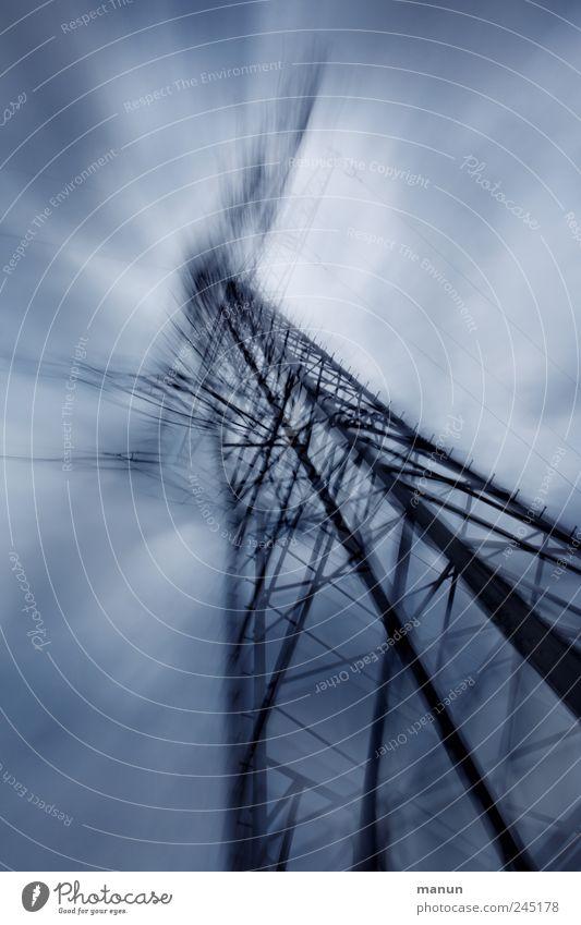 Stromlinien Energiewirtschaft Strommast Elektrizität elektrisch Elektrosmog Stromdraht Stahl Linie außergewöhnlich bedrohlich dunkel kalt blau schwarz bizarr