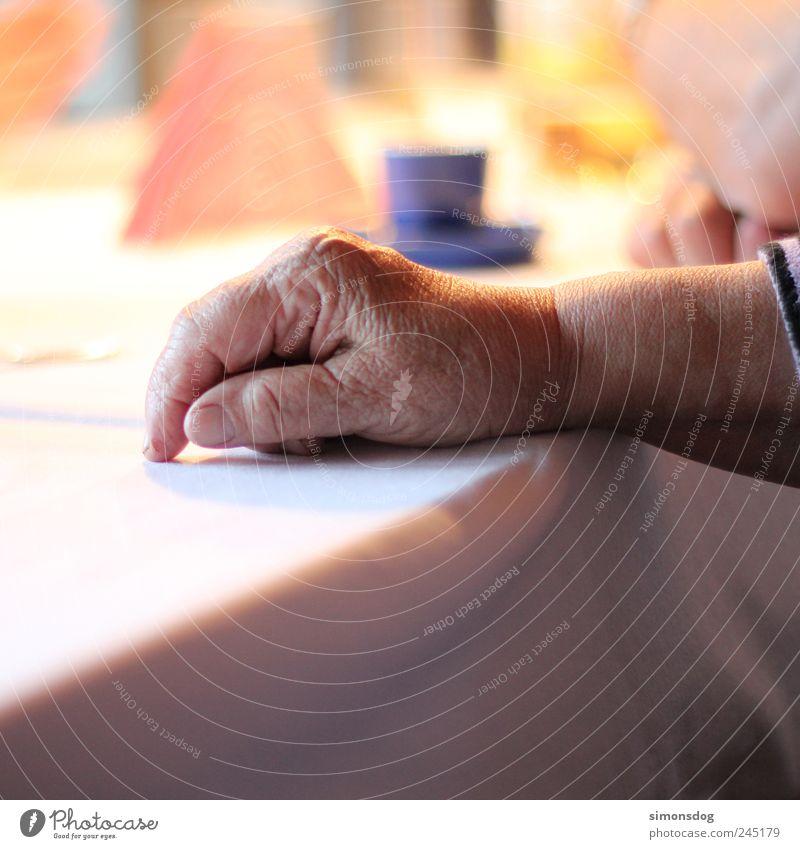 familienfeier Kaffeetrinken Tasse Frau Erwachsene Weiblicher Senior Großeltern Großmutter Haut Hand 1 Mensch 60 und älter alt Erholung ruhig Esstisch
