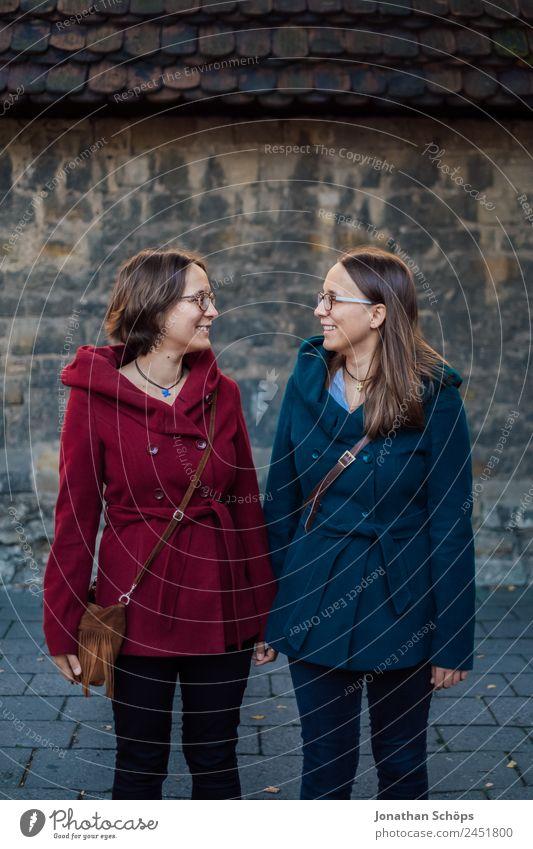 Zwillinge schauen sich in die Augen Mensch Jugendliche Junge Frau blau rot Freude Lifestyle Leben lustig feminin lachen Stil Glück Menschengruppe Zusammensein