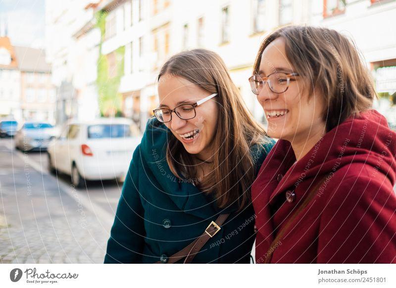Zwillinge lachen über etwas am Straßenrand Mensch Jugendliche Junge Frau blau rot Freude Lifestyle feminin Glück Tourismus Zusammensein Ausflug Lebensfreude