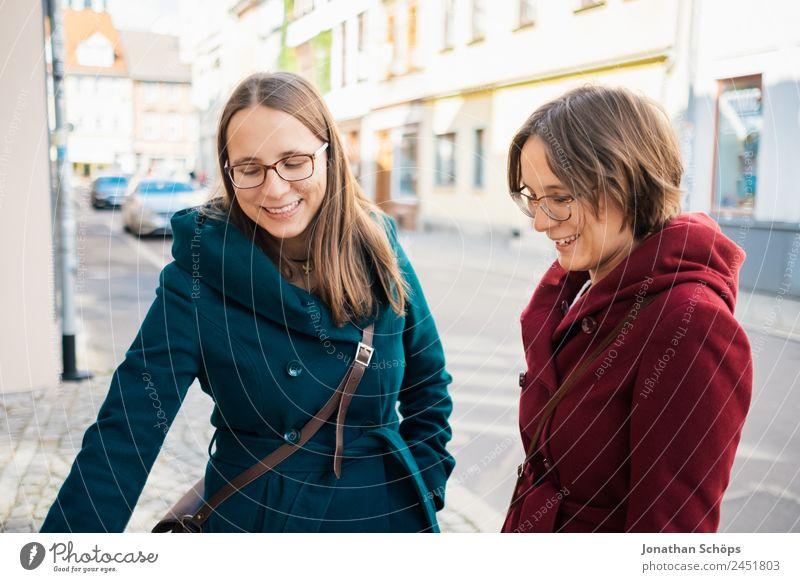 Zwillingsschwestern schauen in einer Gasse um Mensch Jugendliche Junge Frau blau rot Freude Lifestyle feminin lachen Glück Tourismus Zusammensein Ausflug