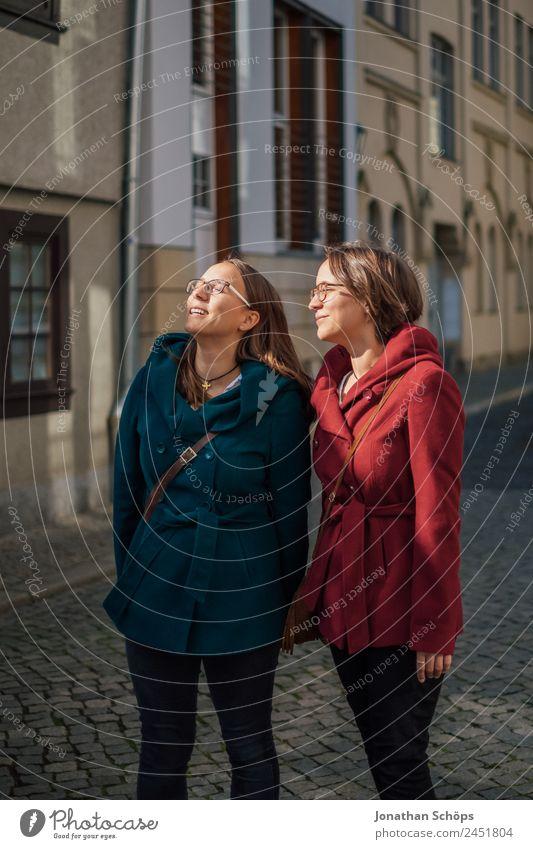 Zwillinge schauen in die Sonne Mensch Jugendliche Junge Frau blau rot Freude Gesicht Lifestyle Leben Beleuchtung feminin Stil Glück Tourismus Zusammensein