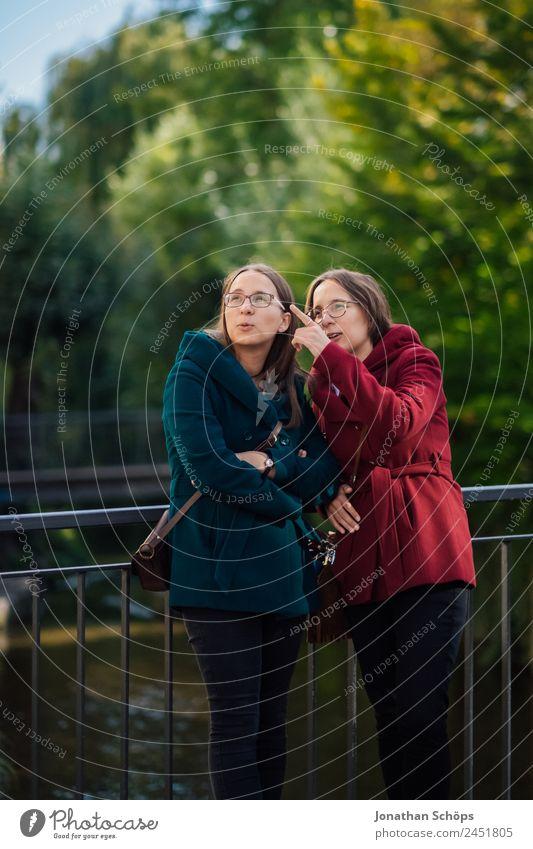 Zwillinge stehen auf einer Brücke am Geländer Mensch Jugendliche Junge Frau blau rot Freude Lifestyle Leben feminin lachen Stil Glück Tourismus Zusammensein