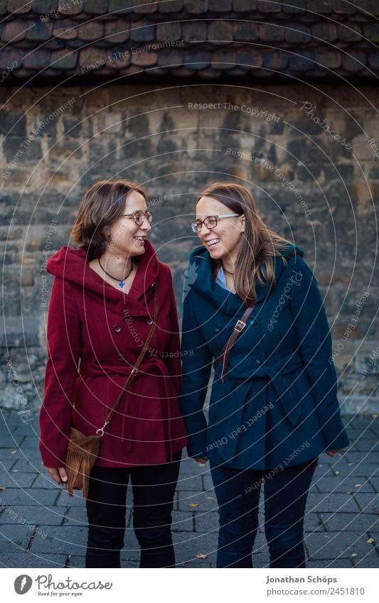 Zwillinge stehen lachend vor der Wand Mensch Jugendliche Junge Frau blau rot Freude Lifestyle Leben lustig feminin Stil Glück Menschengruppe Zusammensein