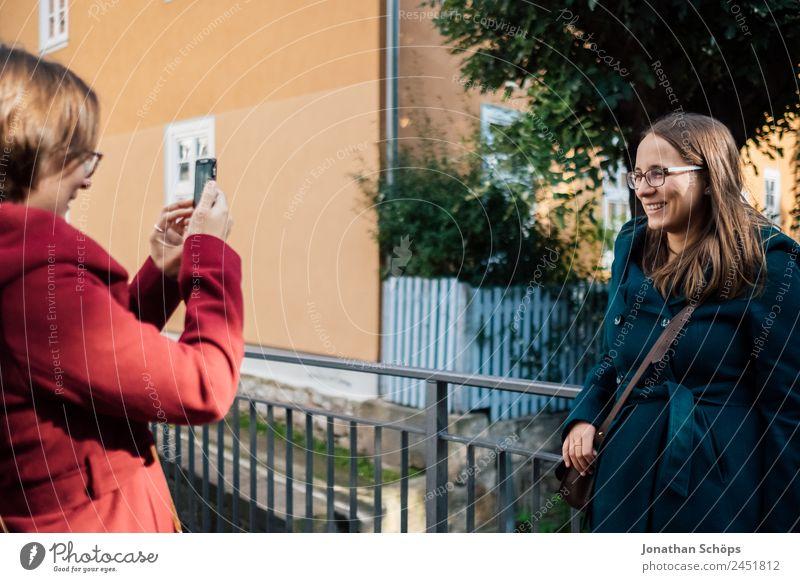 Zwillingsschwestern fotografieren sich mit Smartphone Mensch Jugendliche Junge Frau blau rot Freude Lifestyle Leben feminin lachen Stil Glück Tourismus