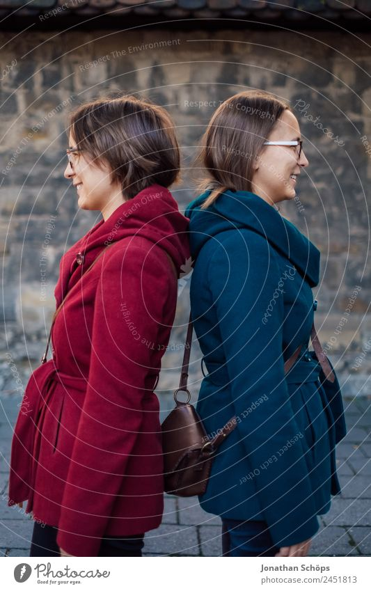 Zwillinge stehen Rücken an Rücken Mensch Jugendliche Junge Frau blau rot Freude Lifestyle Leben lustig feminin lachen Stil Glück Zusammensein paarweise