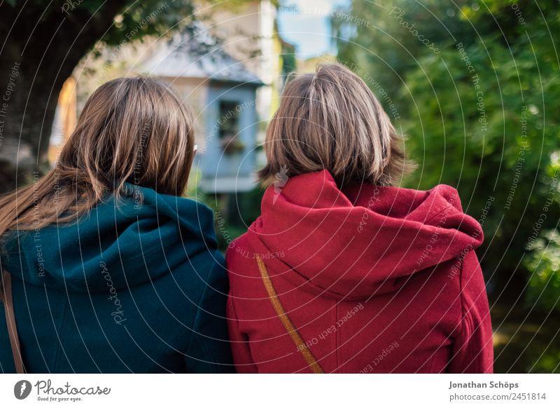 Zwillingsschwestern von der Rückseite Mensch Jugendliche Junge Frau blau rot Freude Lifestyle Leben feminin lachen Stil Glück Tourismus Zusammensein Ausflug