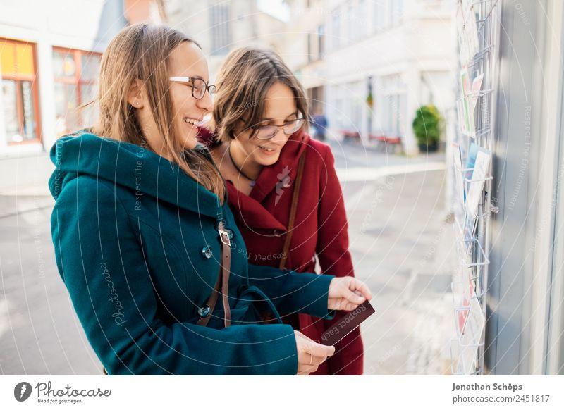 Zwillinge lachen über Postkarte Mensch Jugendliche Junge Frau blau rot Freude Lifestyle feminin Glück Tourismus Zusammensein Ausflug Lebensfreude kaufen