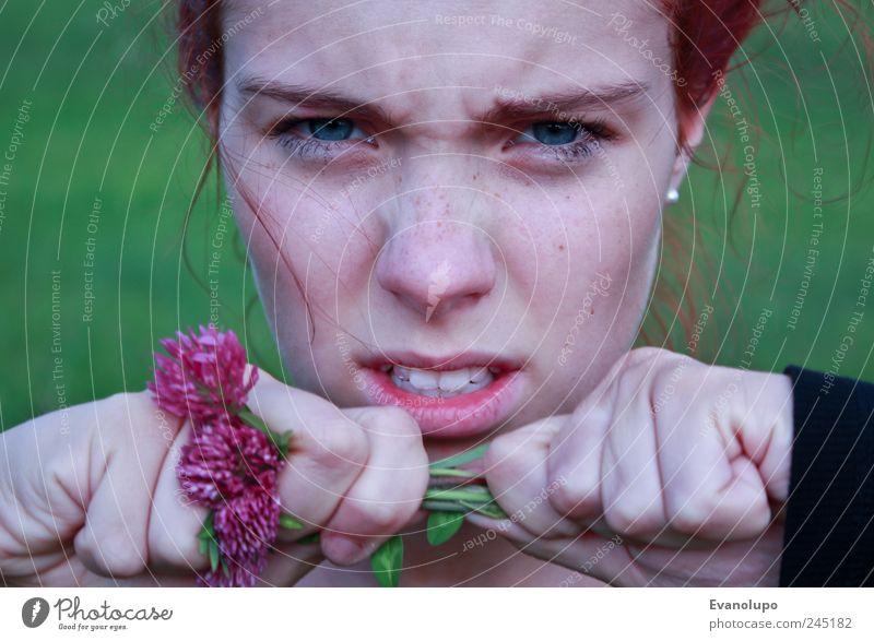 Wut Frau Mensch Jugendliche Hand Blume feminin Erwachsene Mund Kindheit Nase Zähne Lippen festhalten Wut Aggression Junge Frau
