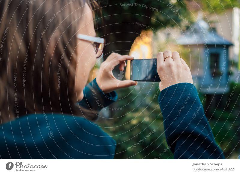 junge Frau macht Foto mit Smartphone Mensch Jugendliche Junge Frau blau rot Freude Lifestyle Leben feminin lachen Stil Glück Tourismus Zusammensein Ausflug