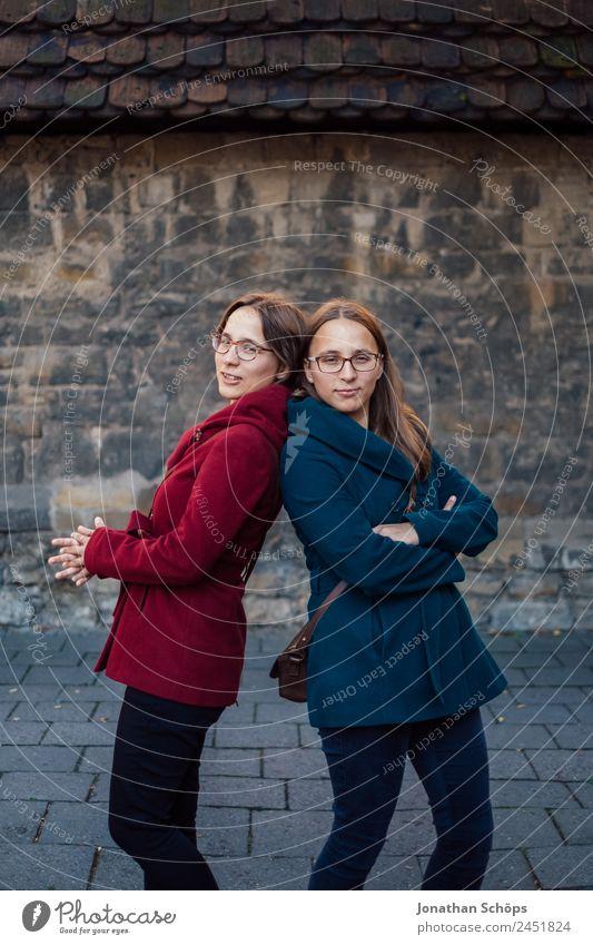 Zwillinge stehen Rücken an Rücken Mensch Jugendliche Junge Frau blau rot Freude Lifestyle Leben lustig feminin lachen Stil Glück Zusammensein Ausflug