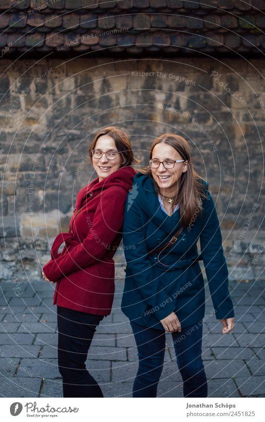 Zwillinge albern vor einer Wand rum Mensch Jugendliche Junge Frau blau rot Freude Lifestyle Leben lustig feminin lachen Stil Glück Menschengruppe Zusammensein