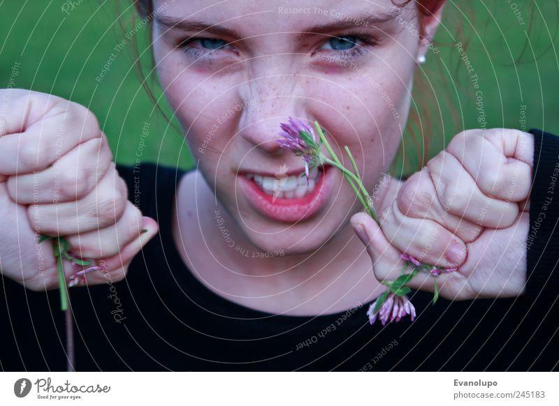 Aggression Frau Mensch Jugendliche Hand feminin Erwachsene Mund Kindheit Nase Zähne Lippen Wut Blumenstrauß Zerstörung Junge Frau
