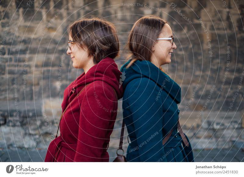 unterschiedliche Zwillinge Mensch Jugendliche Junge Frau blau rot Freude Lifestyle Leben feminin Stil Glück Zusammensein Ausflug Zufriedenheit paarweise Rücken