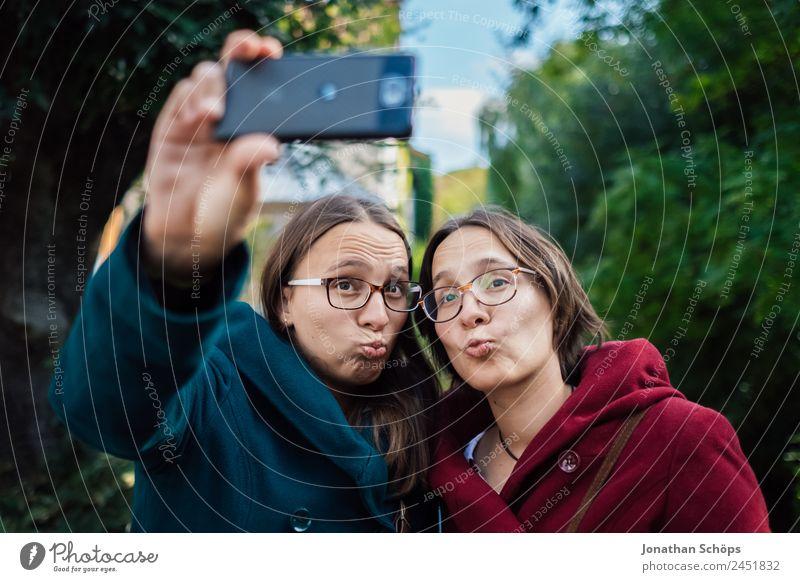 Zwillinge machen ein Selfie Mensch Jugendliche Junge Frau Freude Lifestyle Leben lustig feminin lachen Glück Ausflug Zufriedenheit paarweise