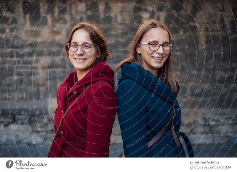 Zwillinge stehen Rücken an Rücken Mensch Jugendliche Junge Frau blau rot Freude Lifestyle Leben lustig feminin lachen Stil Glück Menschengruppe Zusammensein