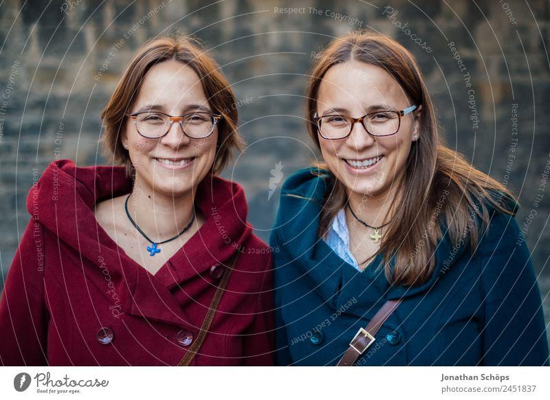 lachende Zwillingsschwestern Mensch Jugendliche Junge Frau blau rot Freude Lifestyle Leben lustig feminin Stil Glück Menschengruppe Zusammensein Ausflug