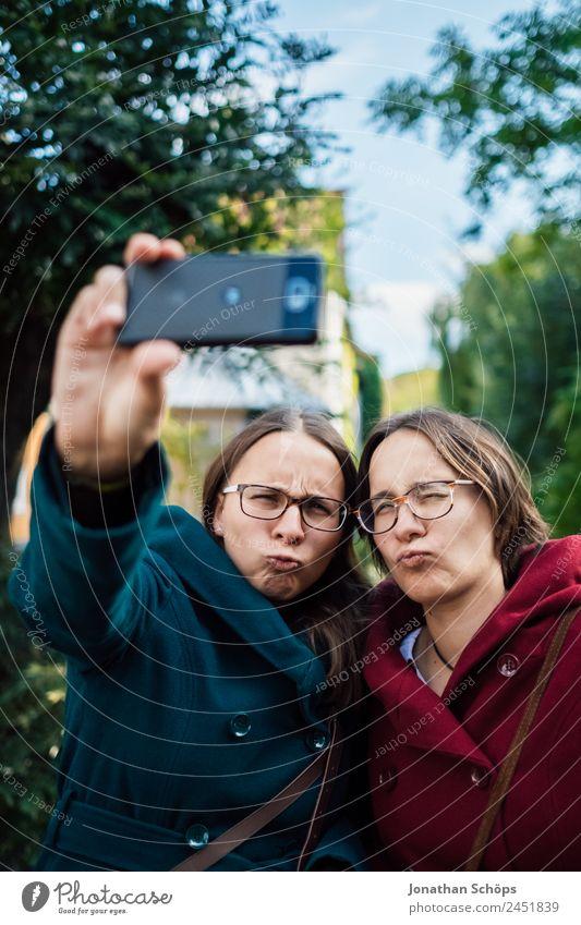 Zwillinge machen ein Selfie Mensch Jugendliche Junge Frau Freude Lifestyle Leben lustig feminin lachen Glück Ausflug paarweise Technik & Technologie