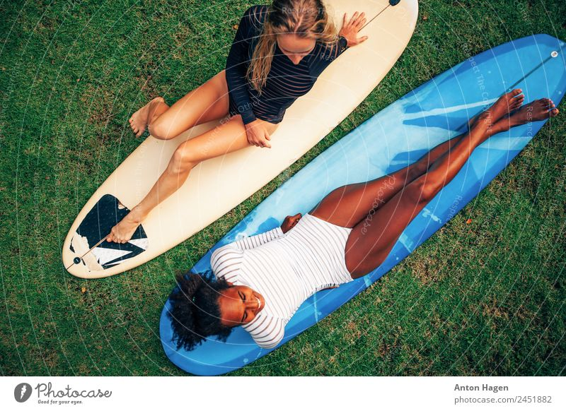 Mensch Jugendliche Junge Frau blau grün 18-30 Jahre Erwachsene Lifestyle Beine Gras Paar Zusammensein Freundschaft Sonnenbad Bikini Begeisterung