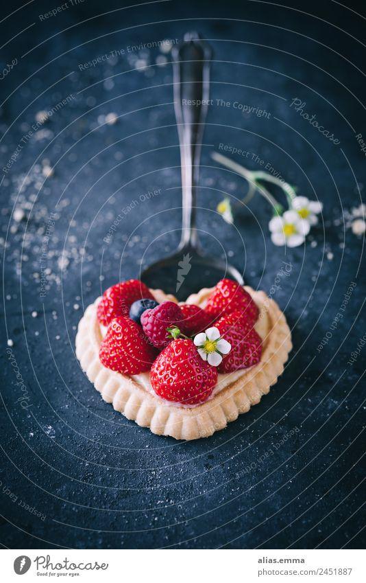 Erdbeertörtchen in Herzform Erdbeeren Erdbeerblüte Erdbeertorte Mürbeteigboden herzförmig dunkel moody Backwaren Dessert lecker Gesunde Ernährung Speise Essen