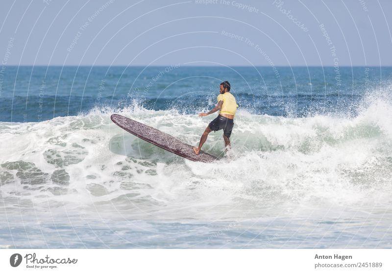 Mensch Ferien & Urlaub & Reisen Meer Strand Erwachsene Sport Bewegung Freizeit & Hobby maskulin Surfen Konkurrenz Brandung Schaum winken Wassersport Surfer
