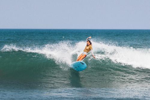 Mensch Ferien & Urlaub & Reisen Jugendliche Junge Frau blau grün Freude 18-30 Jahre Erwachsene feminin Freizeit & Hobby Konzentration Surfen Konkurrenz winken