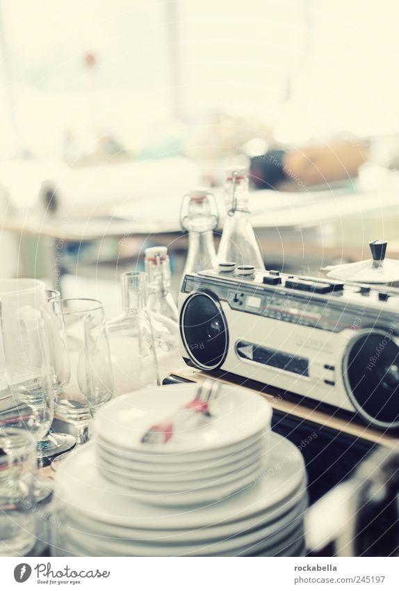 bleifrei. Stil Design ästhetisch Trödel Flasche Glas Teller Radio Krimskrams Häusliches Leben retro Farbfoto Innenaufnahme Textfreiraum links Licht Gegenlicht