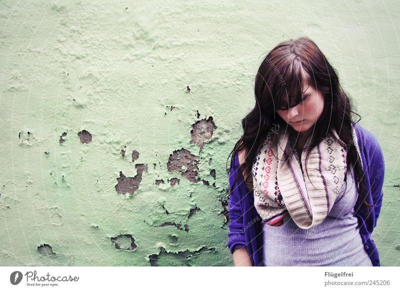 Gedankenvoll feminin Junge Frau Jugendliche 1 Mensch 18-30 Jahre Erwachsene stehen Schal Riss gebrochen Traurigkeit nachdenklich träumen verträumt Einsamkeit