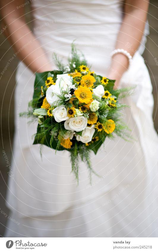 Hochzeit Mensch Frau schön weiß Erwachsene Liebe Gefühle feminin Stil Glück Feste & Feiern elegant Zukunft Lebensfreude Kleid