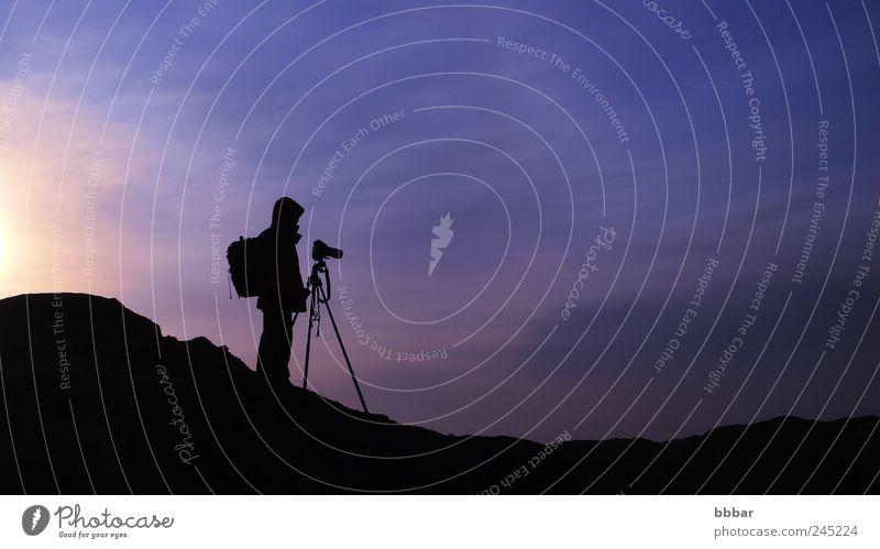 Silhouette eines Fotografen bei Sonnenaufgang Freizeit & Hobby Ferien & Urlaub & Reisen Tourismus Sightseeing Berge u. Gebirge Fotokamera Mann Erwachsene 1