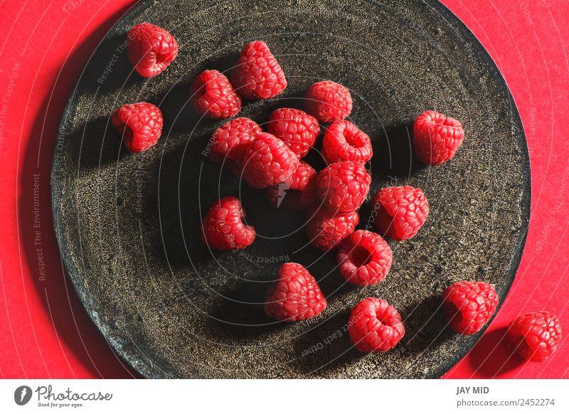 Frische Himbeeren auf rustikalem Schwarzteller Teller Grunge Frucht schwarz frisch reif Gesunde Ernährung Gesundheit natürlich organisch Beeren rot Diät Zutaten