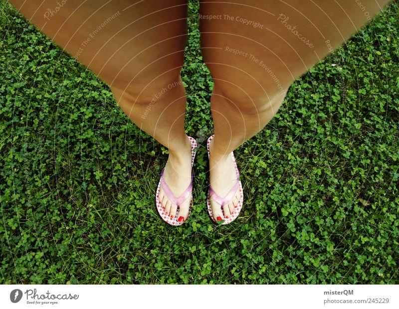 Standpunkt. Kunst ästhetisch unten Perspektive Schuhe Frau Badelatschen Flipflops Klee Beine groß Wachstum Pubertät Mode verrückt fantastisch modern