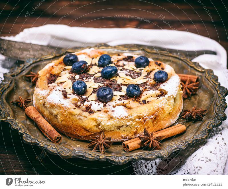 runde hausgemachte Pastete mit Heidelbeeren Frucht Dessert Süßwaren Teller Tisch Holz Essen lecker blau braun Pasteten Blaubeeren Hintergrund Torte gebastelt