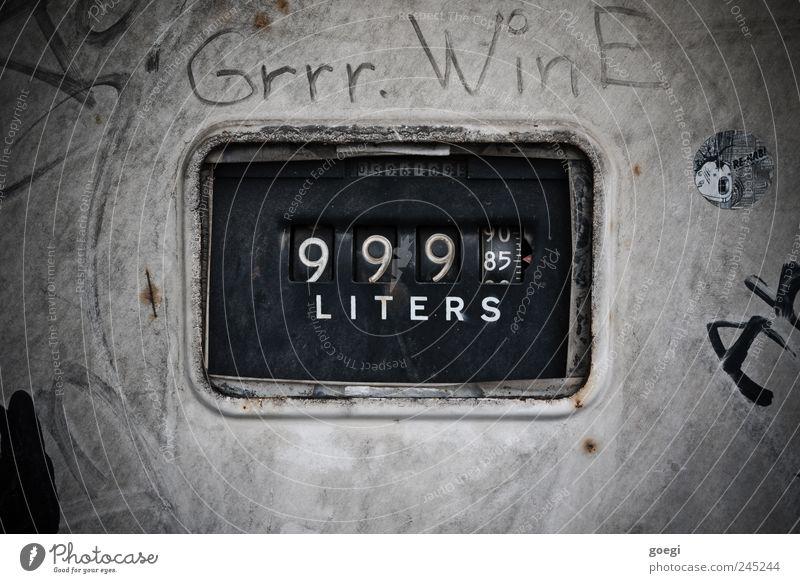 Ein Fass ohne Boden Tankstelle Verkehr Zapfsäule Schriftzeichen Ziffern & Zahlen Energie Klima nachhaltig sparsam Umweltverschmutzung Zähler Zählwerk Benzin