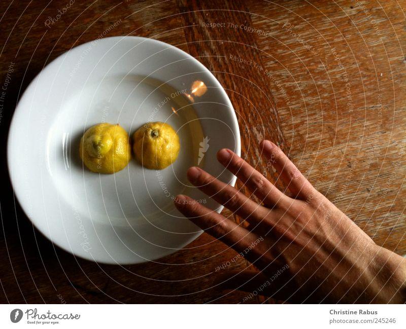 Hand streckt sich nach Zitrone schön Erwachsene gelb Glück Essen Gesundheit braun natürlich maskulin frisch ästhetisch Finger Fröhlichkeit gut einfach