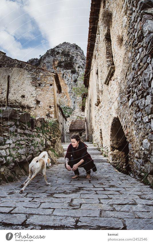 Freundschaft schließen Mensch Ferien & Urlaub & Reisen Hund Haus Erholung Tier Freude Lifestyle Erwachsene Leben Wärme Wand feminin Glück Spielen Mauer